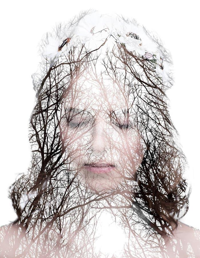 Het portret van de vrouw en het meest forrest zonder bladeren royalty-vrije stock foto's