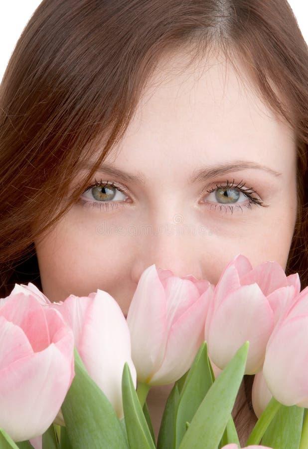 Het portret van de vrouw met tulpen stock foto's