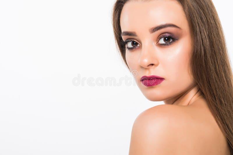 Het Portret van de Vrouw van de schoonheid Professionele Make-up voor Brunette met Blauwe ogen - Rode Lippenstift, Rokerige Ogen  stock afbeeldingen