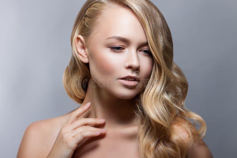 Het Portret van de Vrouw van de schoonheid Beautiful Spa Meisjes Perfecte Verse Huid Naakte samenstelling royalty-vrije stock afbeelding