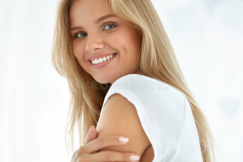 Het Portret van de Vrouw van de schoonheid Meisje met het Mooie Gezicht Glimlachen stock afbeelding