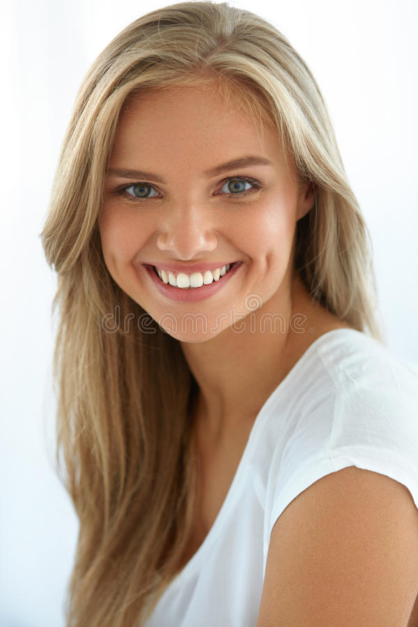 Het Portret van de Vrouw van de schoonheid Meisje met het Mooie Gezicht Glimlachen stock afbeeldingen