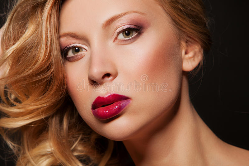 Het Portret van de Vrouw van de schoonheid Professionele Make-up voor Blonde - Rode Lippenstift Mooie Mannequin Girl Face Perfect stock fotografie