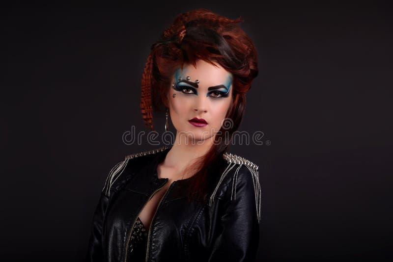 Het Portret van de Vrouw van de schoonheid Professionele Make-up voor Brunette - Rode Li stock afbeelding