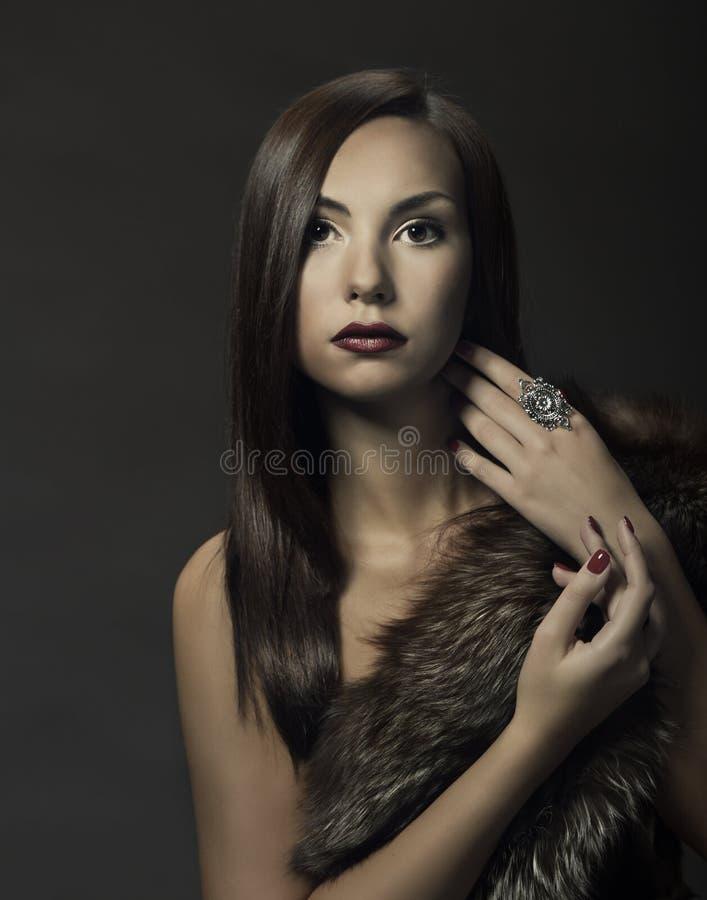 Het portret van de vrouwenschoonheid, mooi meisje in vosbont royalty-vrije stock fotografie