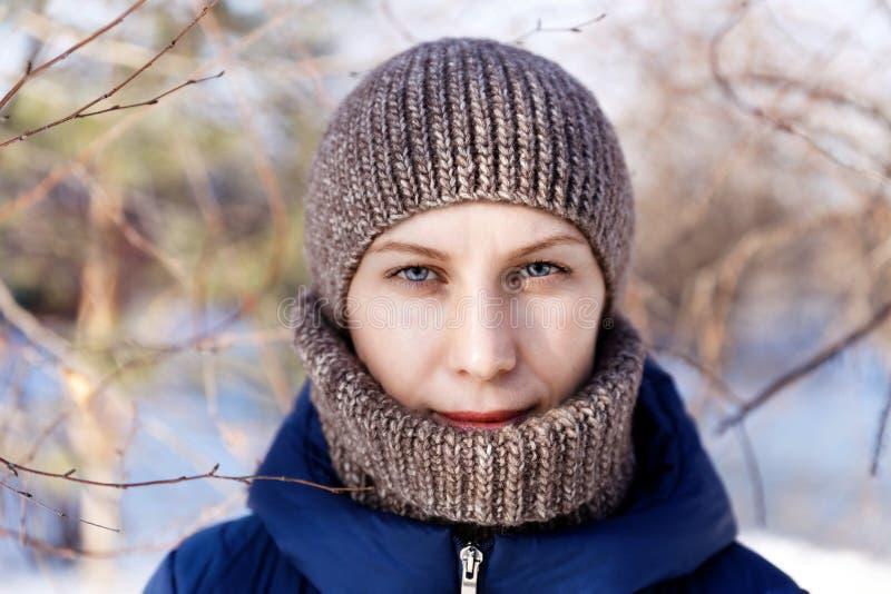 Het portret van de winter van een jonge vrouw royalty-vrije stock afbeeldingen