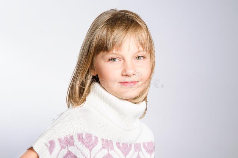 Het portret van de winter van mooi preteen meisje royalty-vrije stock afbeeldingen