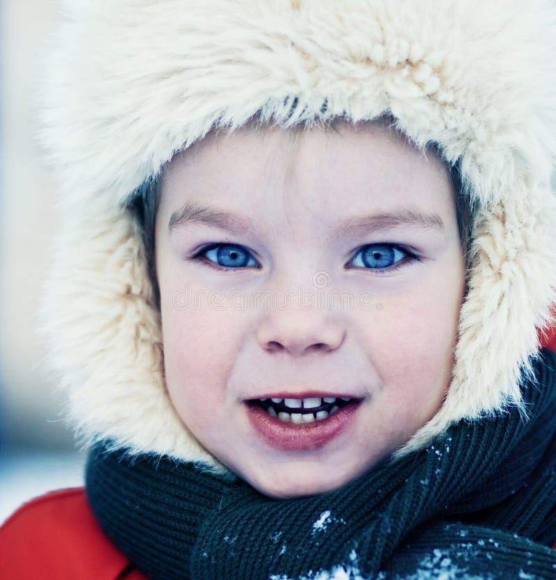 Het portret van de winter van weinig jongen royalty-vrije stock fotografie