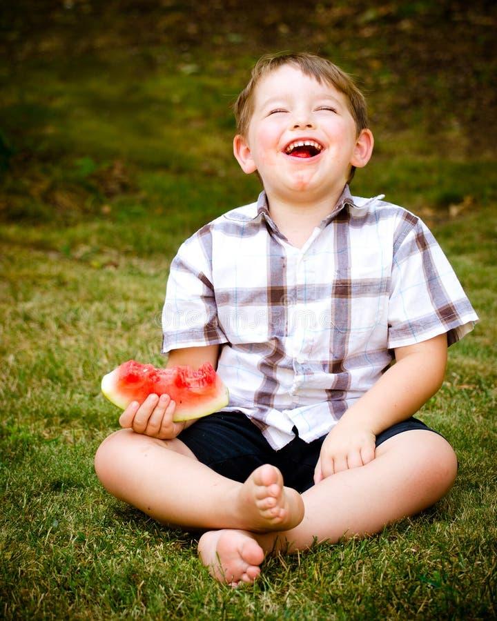 Het portret van de zomer van kind dat watermeloen eet royalty-vrije stock foto's