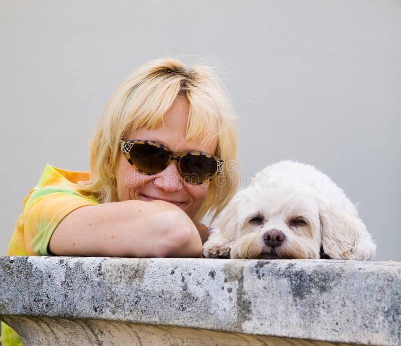 Het portret van de zomer van vrouw en haar hond royalty-vrije stock fotografie