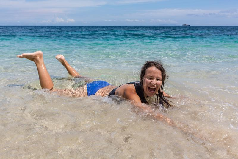 Het portret van de de zomerlevensstijl van gelukkige vrij jonge vrouw met gelooid sexy lichaam Het genieten van het van leven en  royalty-vrije stock foto's