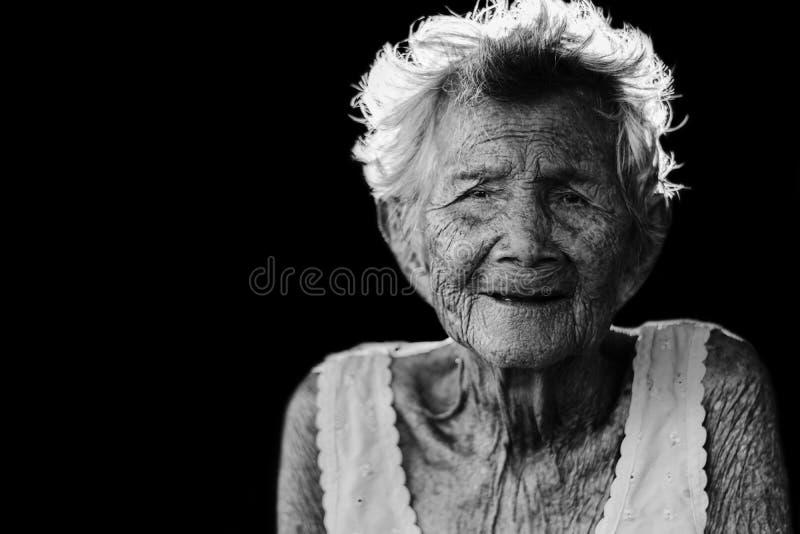 Het portret van drukt en hulpeloos bejaarde, omazitting in stock foto's