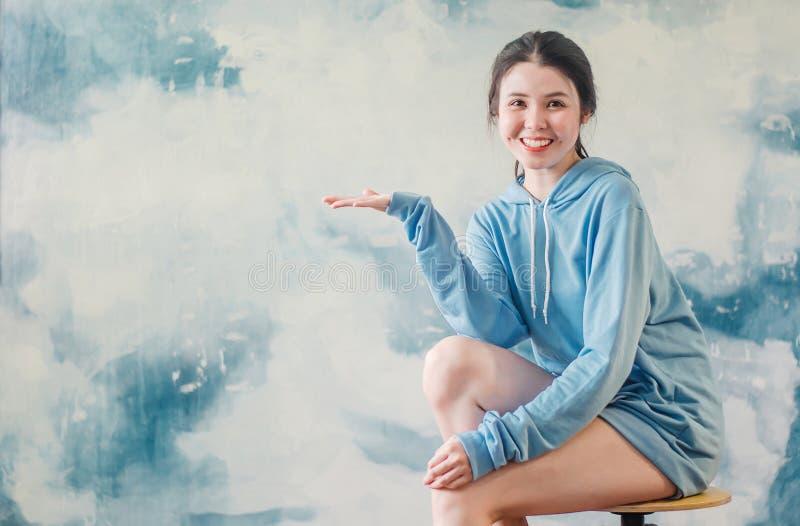 Het portret van een gelukkig jong sportenmeisje die moderne sporten dragen kleedt het benadrukken van vingers één op exemplaarrui royalty-vrije stock foto's