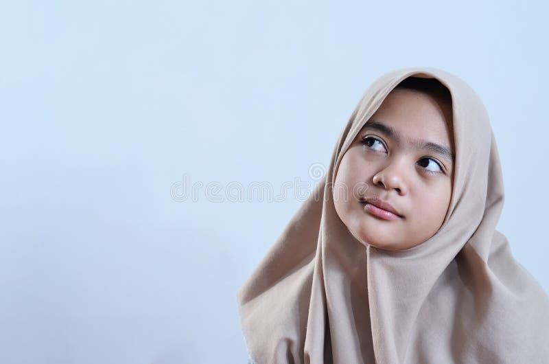Het portret van een gelukkige jonge moslimvrouw bekijkt leeg gebied voor teken of copyspace royalty-vrije stock foto