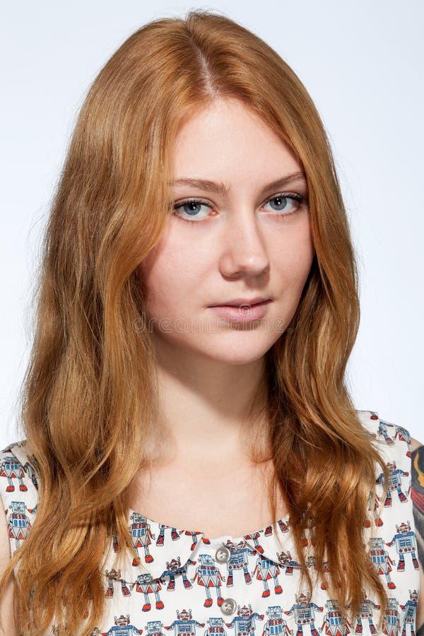 Het portret van een glimlachende jonge gembervrouw met natuurlijk maakt omhoog stock fotografie