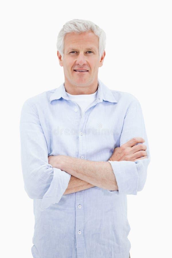 Het portret van een glimlachende rijpe mens met de wapens kruiste royalty-vrije stock afbeelding
