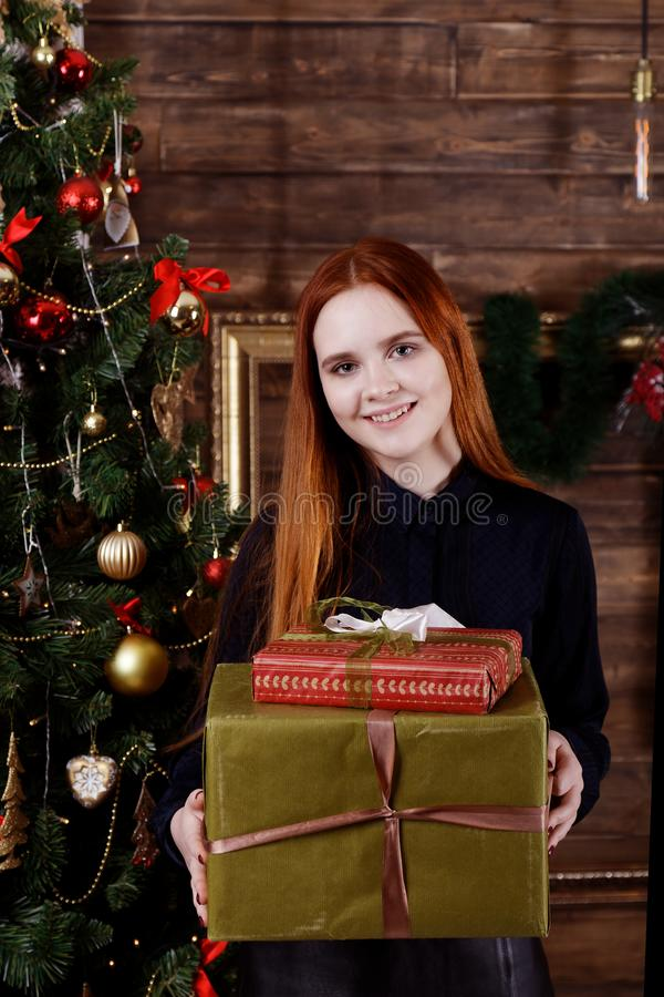 Het portret van een jong meisje die Kerstmis houden stelt voor stock afbeelding