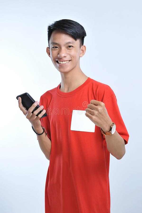 Het portret van een jonge studenten Aziatische mens die op mobiele telefoon spreken, spreekt gelukkige glimlach royalty-vrije stock foto's