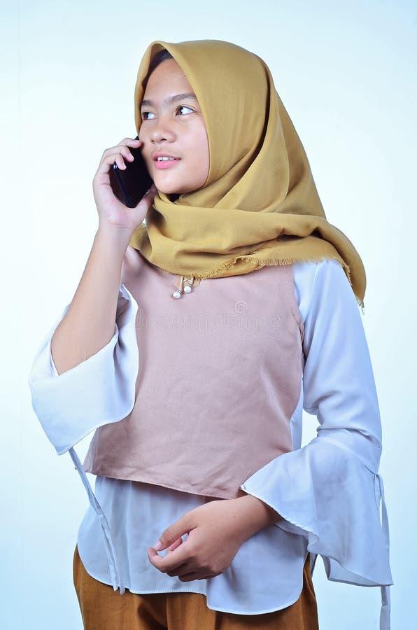 Het portret van een jonge studenten Aziatische vrouw die op mobiele telefoon spreken, spreekt gelukkige glimlach royalty-vrije stock foto