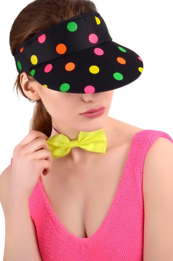 Het portret van een jonge vrouw die een kleurrijke polka dragen stippelde hoed en een neon groene bowtie. stock afbeeldingen