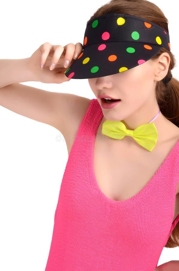 Het portret van een jonge vrouw die een kleurrijke polka dragen stippelde hoed en een neon groene bowtie. royalty-vrije stock foto