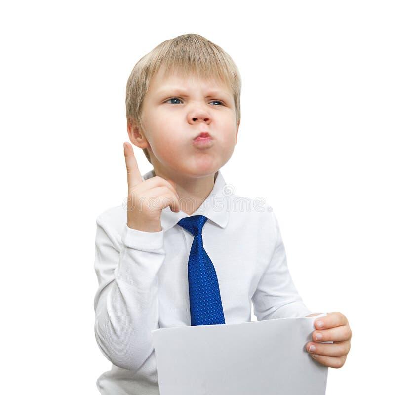 Het portret van een jongen in een overhemd en een band denkt royalty-vrije stock afbeelding