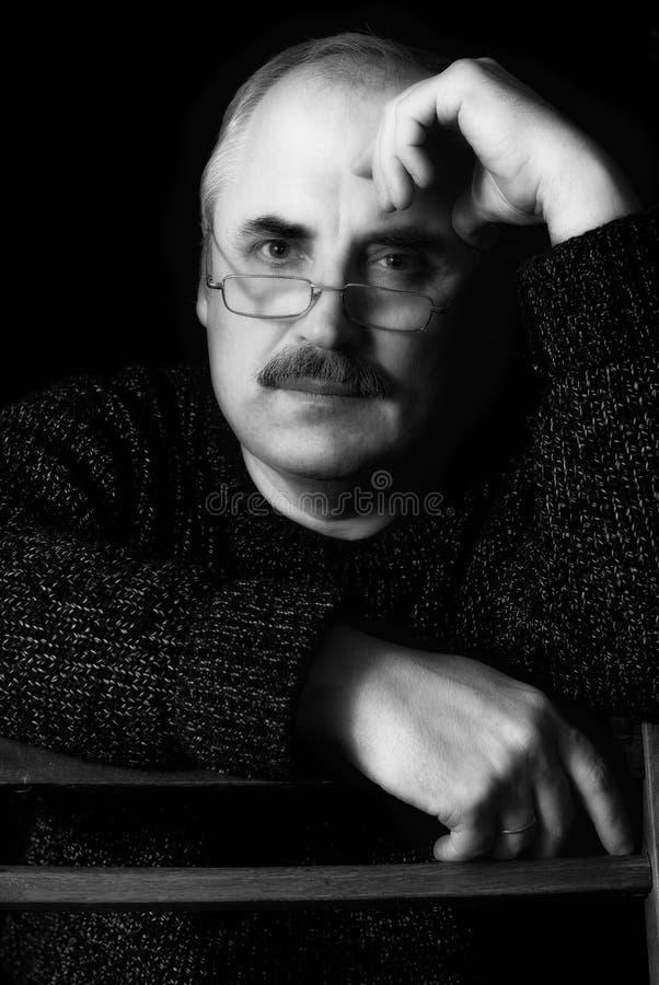 Het portret van een Kaukasische mens met rust ziet eruit. stock fotografie