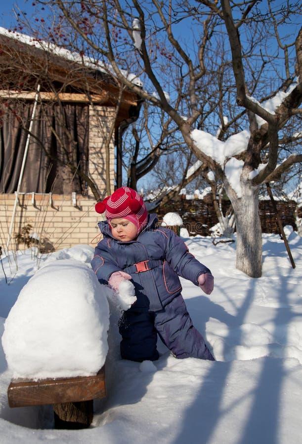 Het portret van een kind en de warme winter passen met handschoenen aan, in openlucht spelend op een de winterdag stock fotografie