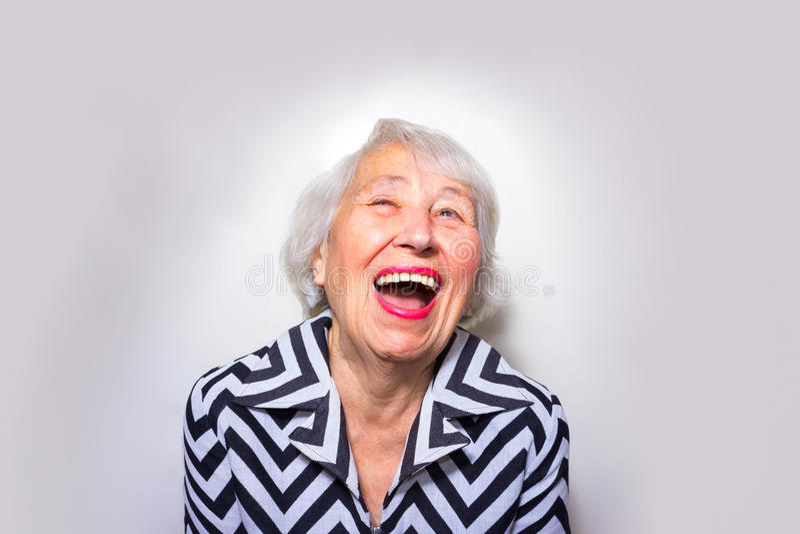 Het portret van een lachende oude vrouw stock afbeeldingen