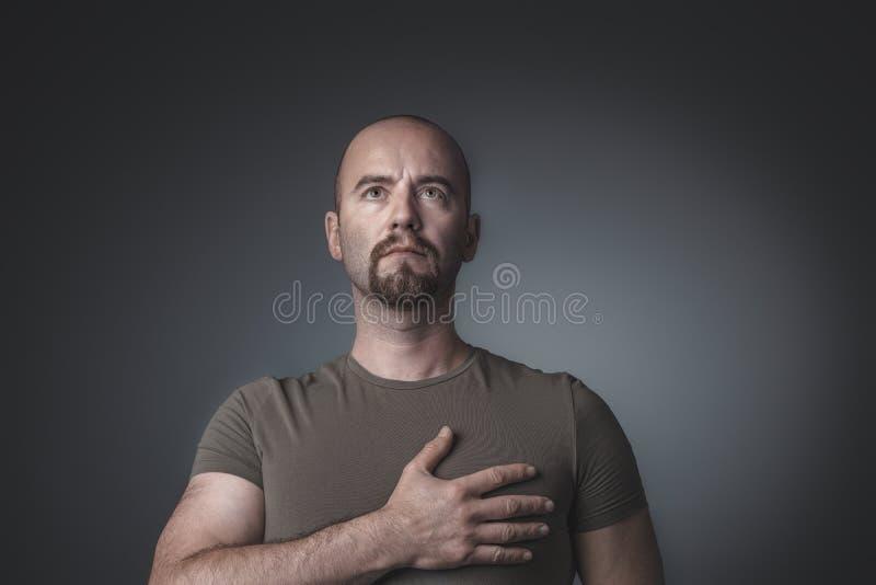 Het portret van een mens die omhooggaand en overhandigt zijn hart kijken houden royalty-vrije stock fotografie