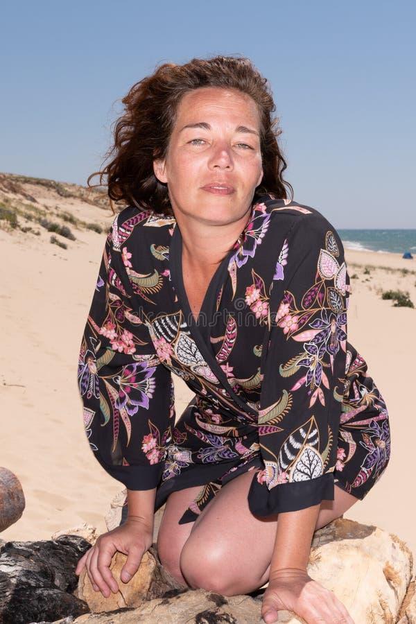 Het portret van een modieuze aantrekkelijke vrouw 40 jaar op de kustreis vormt en schoonheidsconcept in vakantie stock fotografie