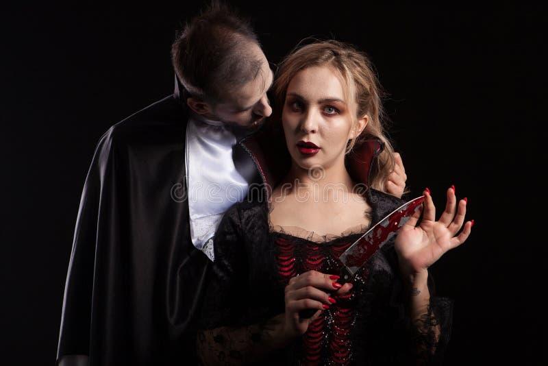 Het portret van een mooi paar in middeleeuwse kostuums met vampierstijl maakt Halloween goed stock afbeelding