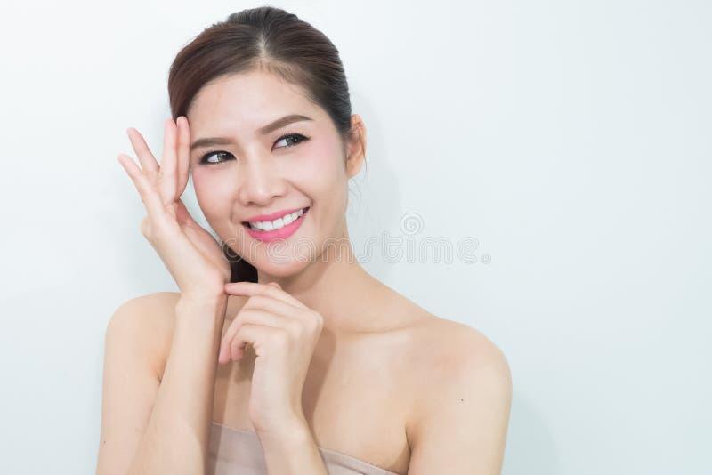Het Portret van een mooi vrouwelijk model op witte achtergrond stock afbeelding