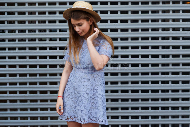 Het portret van een mooie bevallige vrouw in elegante hoed en het blauwe kant kleden zich Schoonheid, manierconcept stock fotografie