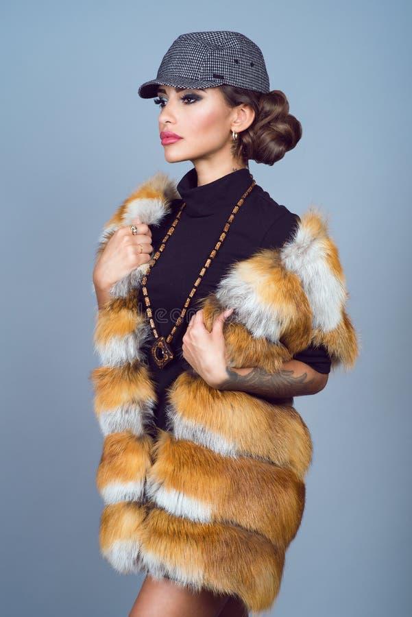 Het portret van een mooie glam tatoeeerde model met provocatief maakt omhoog het dragen van zwarte kleding, modieus vosjasje, en  royalty-vrije stock foto's