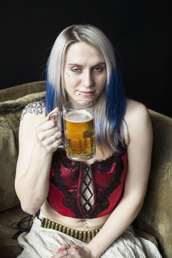 Het Meisje van Goth met Blauw Haar heeft Één Teveel Bieren royalty-vrije stock foto