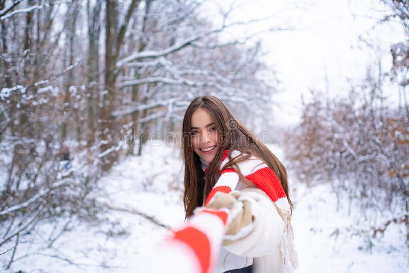 Het portret van een mooie vrouw kleedde een laag Modellen die pret in de winterpark hebben royalty-vrije stock fotografie