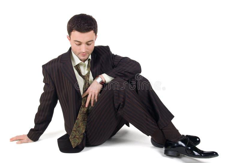 Het portret van een ontspannen rijpe zakenmanzitting met zijn ogen sloot en holding zijn hoofd in handen stock afbeeldingen