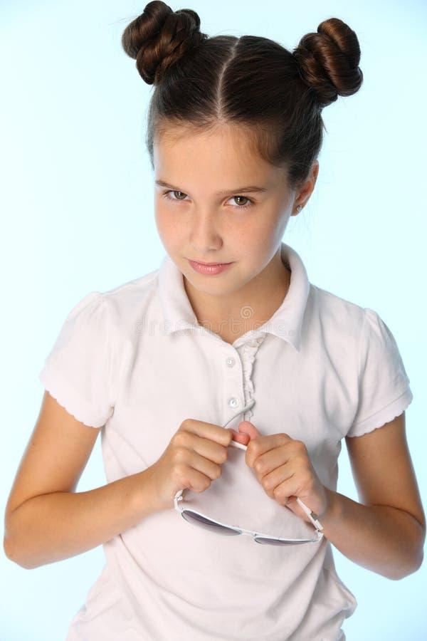 Het portret van een vrij modieus donkerbruin kindmeisje kijkt in ongeloof royalty-vrije stock foto