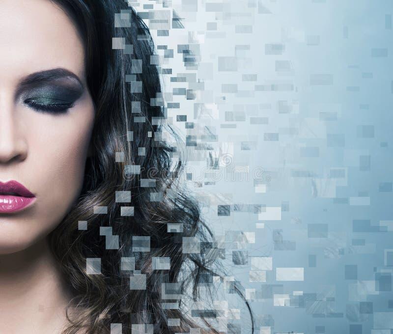 Het portret van een vrouw in make-up op a desorted achtergrond royalty-vrije stock afbeelding