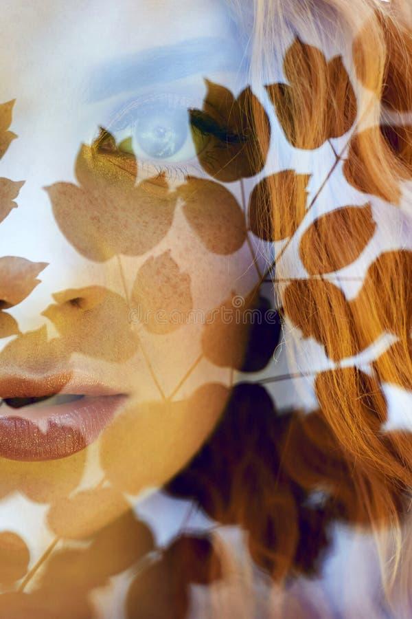 Het portret van een vrouw met een dubbele blootstelling, het meisje en de vage aard van de foto is niet in nadruk De bladeren op  stock foto's