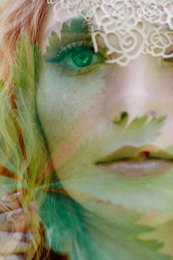Het portret van een vrouw met een dubbele blootstelling, het meisje en de vage aard van de foto is niet in nadruk De bladeren op  stock afbeelding