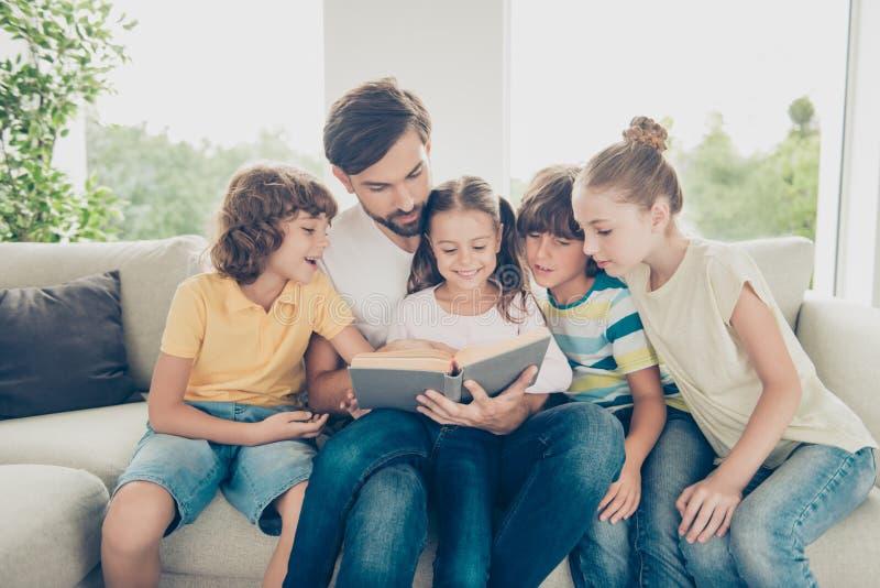 Het portret van familie met één ouder pre-tiener vele kinderen besteedt stock fotografie