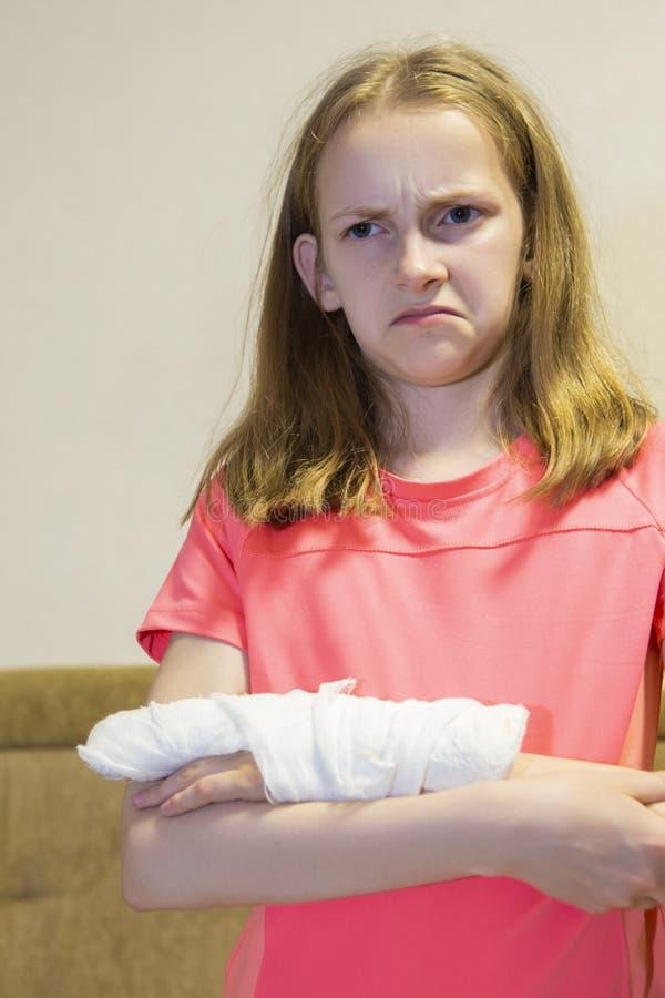 Het portret van Gedeprimeerd Kaukasisch Meisje met Verwond dient Pleister in royalty-vrije stock afbeeldingen