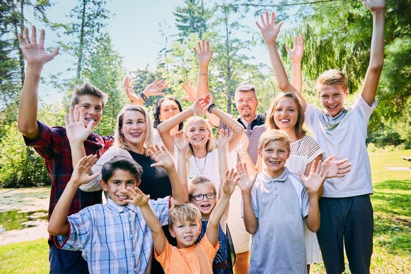 Het portret van gelukkig bevordert familie die in park lachen royalty-vrije stock afbeelding