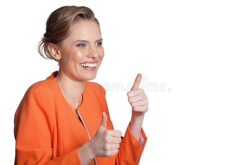 Het portret van het gelukkige jonge vrouw tonen beduimelt omhoog stock foto