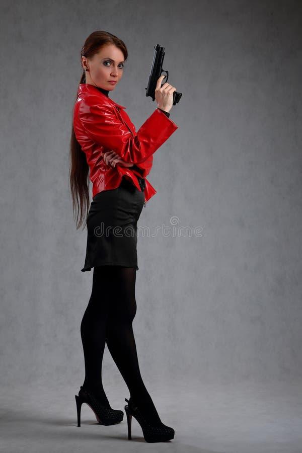 Het portret van gemiddelde lengte van een vrouw met een kanon royalty-vrije stock foto