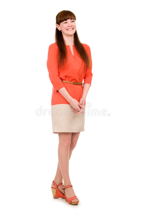 Het portret van gemiddelde lengte van een vrolijk jong meisje in een oranje kleding royalty-vrije stock afbeelding