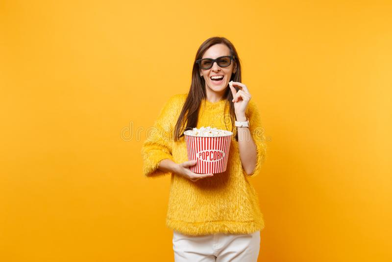 Het portret van glimlachend mode jong meisje in 3d imaxglazen die op film letten filmt en emmer geïsoleerde popcorn houden stock fotografie