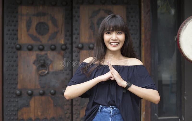 Het portret van glimlachende jonge Aziatische vrouw geniet van in de stad van China royalty-vrije stock fotografie